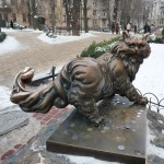 Денежный кот, качественно отполированный гостями столицы)