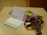 блокнот со стикерами и шоколадки :)